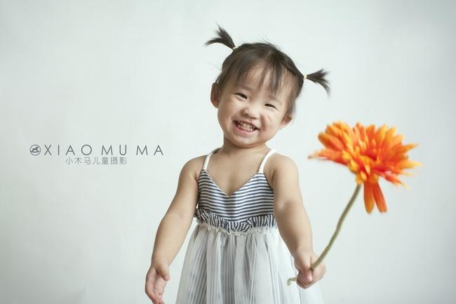 深圳儿童摄影-妞妞的新发现的晒片