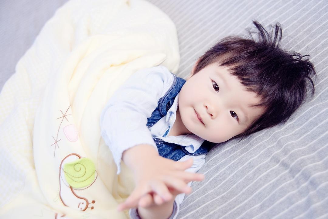 上海儿童摄影-黑色礼服的晒片